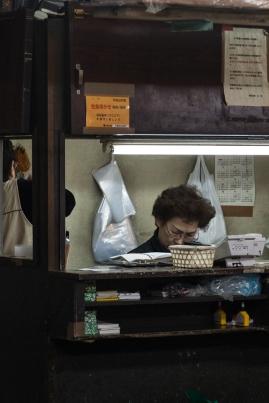Tsukiji - counting the money - pic 2