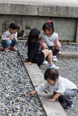 Sanmon Gate - kids at play