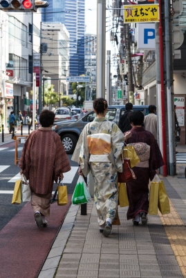 60.06 Women shopping in Hiroshima