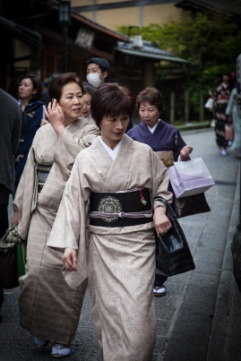 60.07 Women shopping in Kyoto